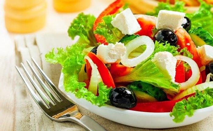 como-servir-salada-bonita