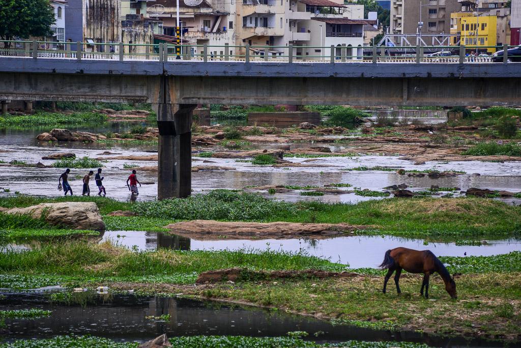 Seca, lixo, esgoto e abandono no rio Itapemirim.