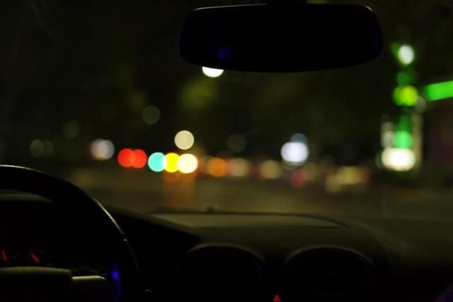 carro parado de noite com o motorista tentando descobrir quanto custa uma bateria de carro