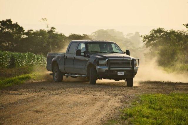 imagem de uma caminhonete em uma estrada de terra o que pode causar o filtro de ar sujo
