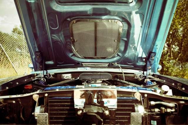 Carro com o capô aberto, demonstrando a importância de decidir o melhor preço de baterias.