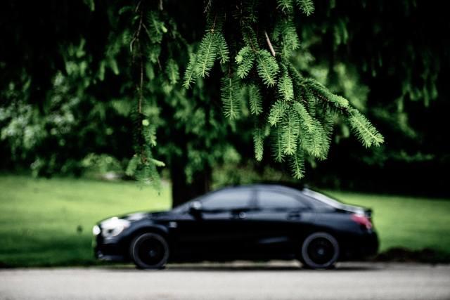 veículo preto exemplificando o uso de baterias para automóveis