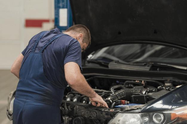 Tendo um conhecimento sobre os tipos de fusíveis automotivos as manutenções podem ser feitas de forma adequada, como o mecânico da imagem o faz.