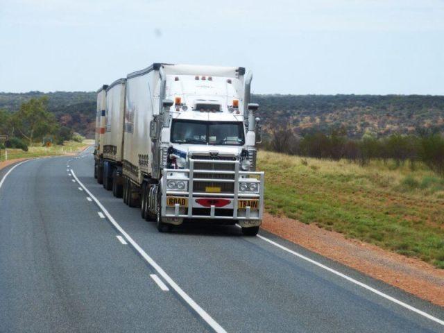 Imagem de um caminhão que utiliza bateria de caminhão moura