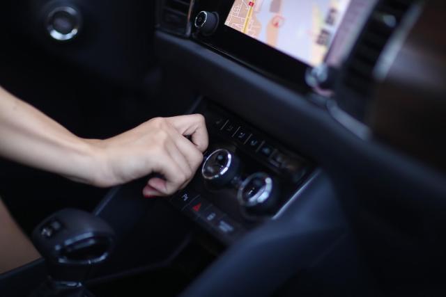 Na imagem, uma mão está em destaque trocando a marcha do carro. Sempre é importante identificar as causas de um carro acelerando sozinho.