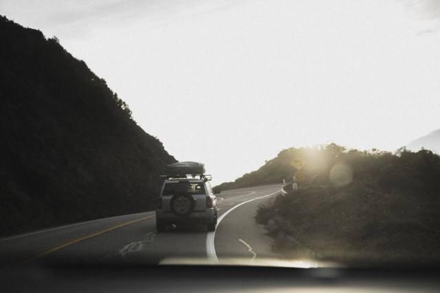 Imagem de um carro que possui algum dos tipos de alarme automotivo enquanto viaja na estrada