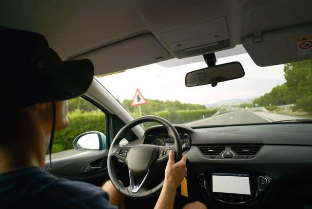 Imagem de homem viajando com parte elétrica do carro em ordem