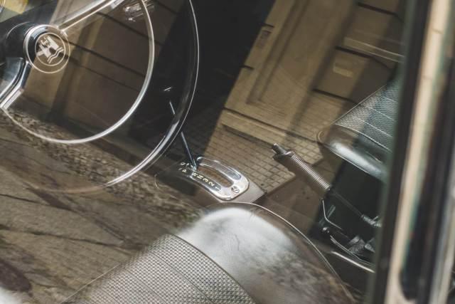 Imagem do interior de um automóvel e seu freio de mão