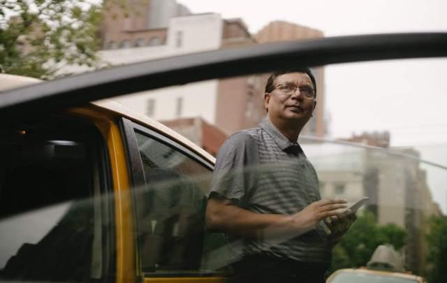 Imagem de um senhor encostado em um carro que possui motor thp