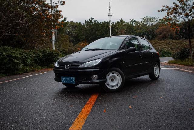 Imagem de um carro equipado com motor thp em uma estrada