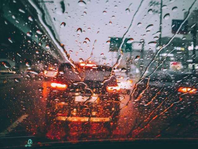 foto do vidro dianteiro do carro em dia de chuva