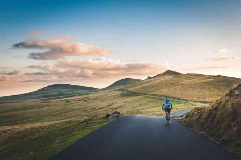 persona andando en bici en una montaña