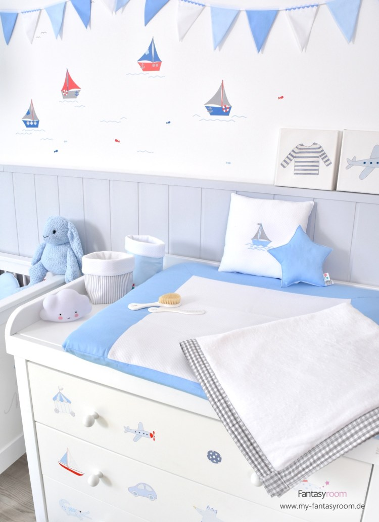 Handbemalte Wickelkommode von Isle of Dogs im maritimen Jungenzimmer in Blau und Rot