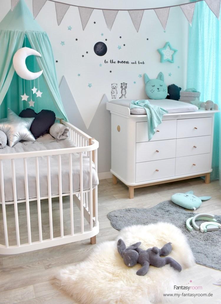 Oliver Furniture Babymöbel aus massiver Birke, hier im stylischen Kinderimmer in Mint und Grau