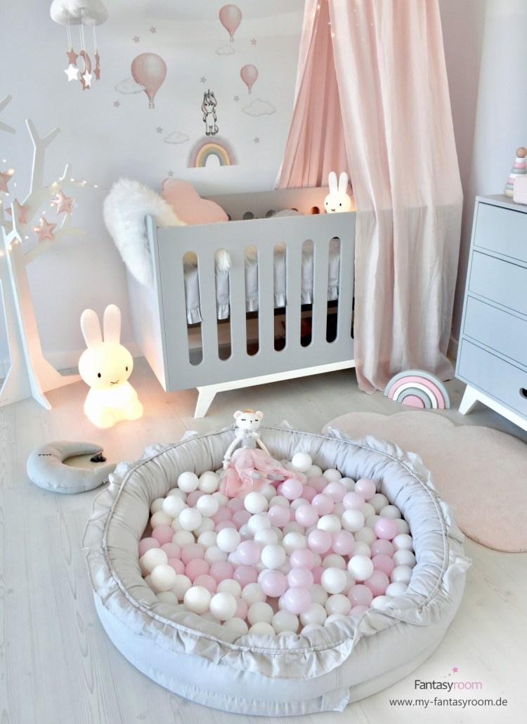 Babyzimmer in Altrosa und Hellgrau, EInhorn Wandstickern, Juniornest und Bällen für ein Bällebad