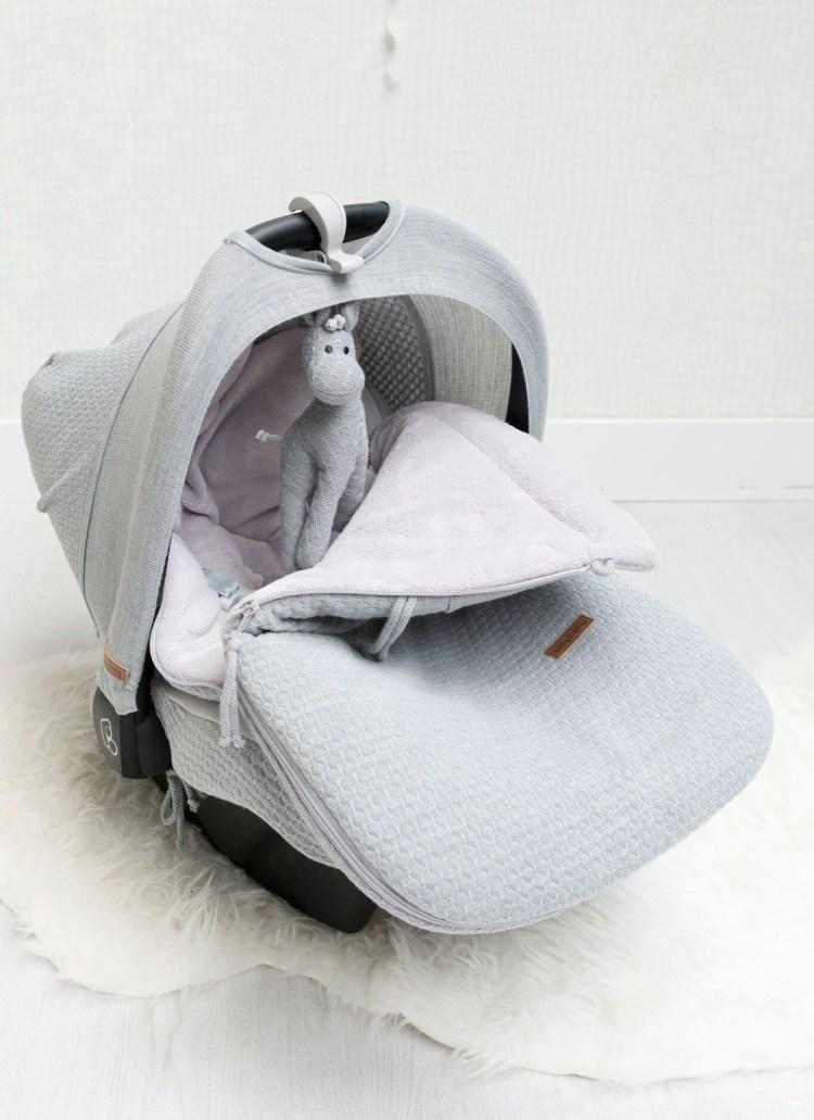Babyschale mit Bezug, Sonnendach, Fußsack und Spielzeug in Grau