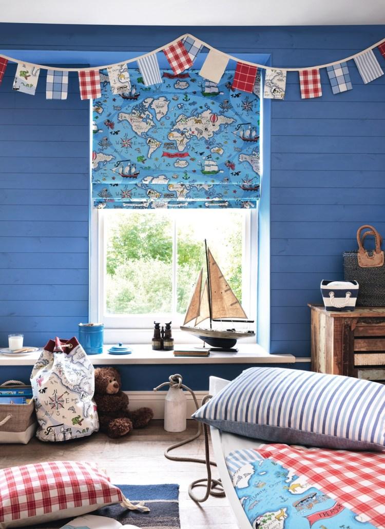 Blaue Fensterwand im Jungenzimmer mit 'Abracazoo' Kinderstoffen