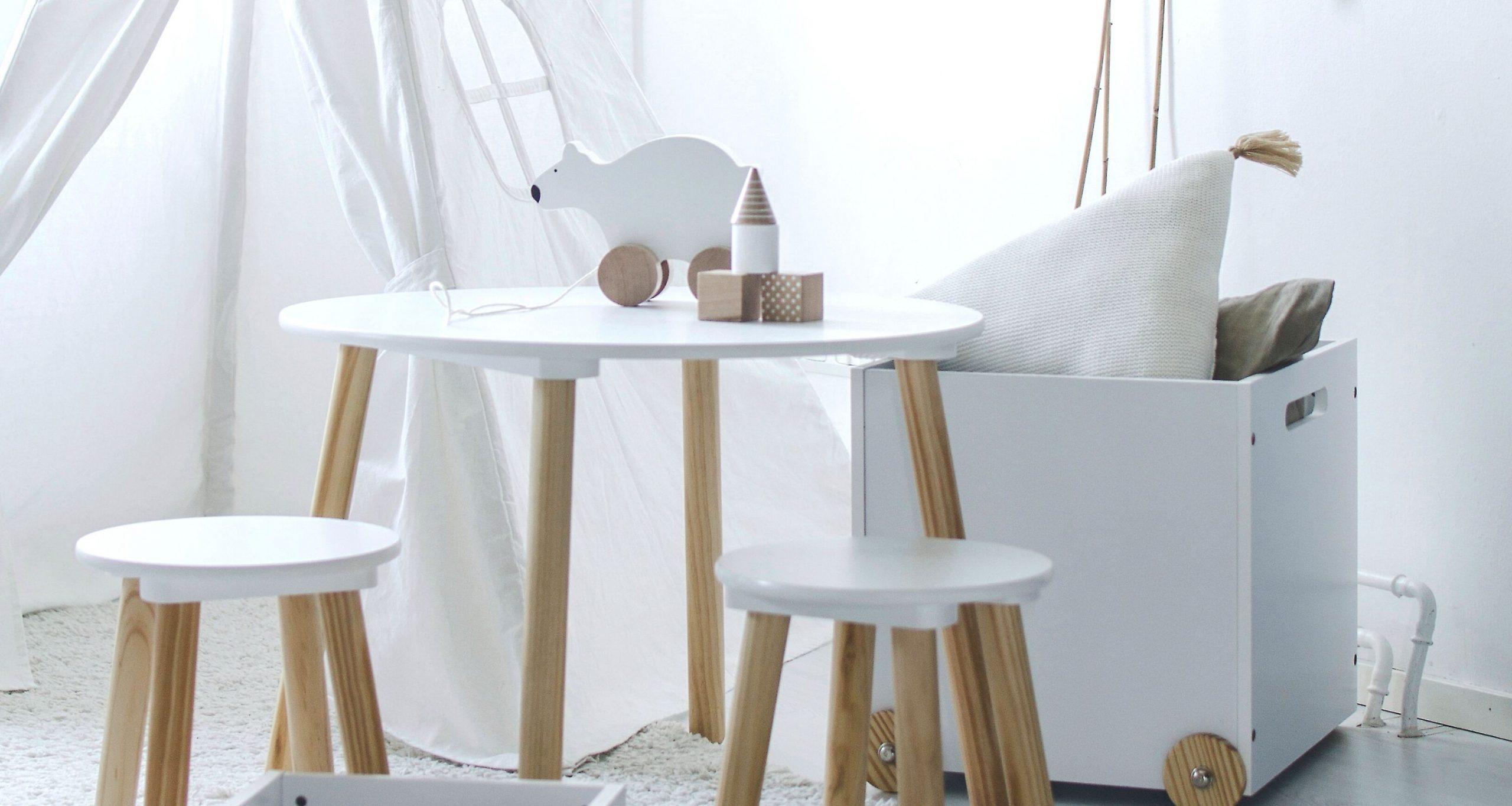 Kinderzimmer neutral mit Tisch und Spielzeug
