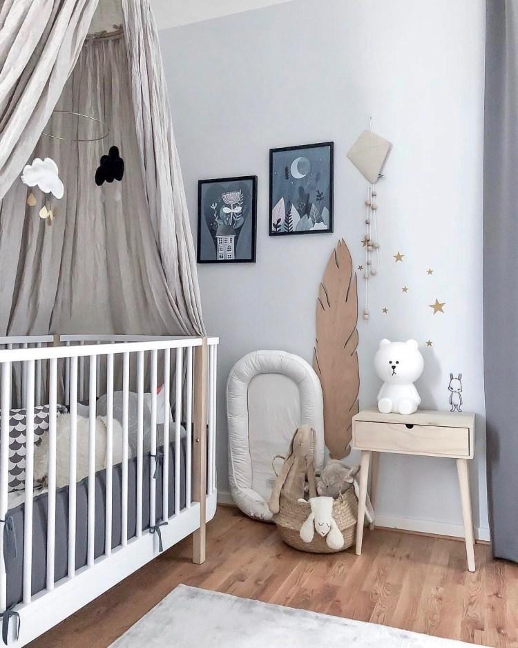 Neutrales Kinderzimmer in Weiß, Natur und Grau mit Babybett und Deko