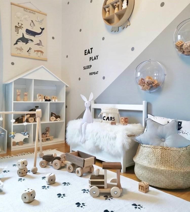 Kinderzimmer zum Spielen in warmen Farben mit Puppenhausregal, Bank und Deko