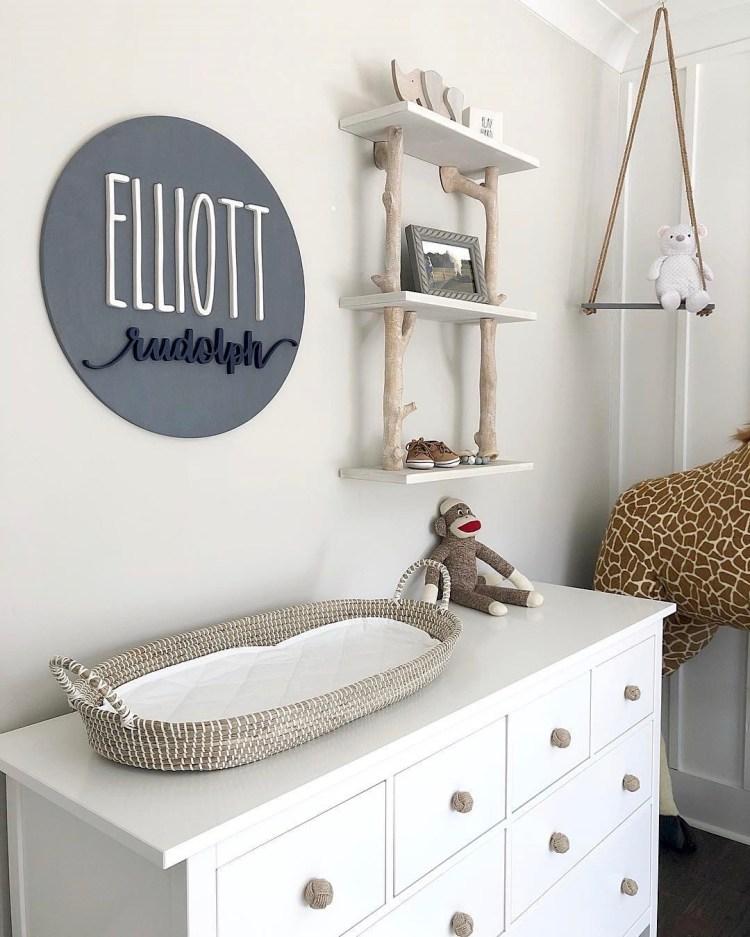 Neutrales Babyzimmer in Weiß und Natur mit Wickelkommode und Deko