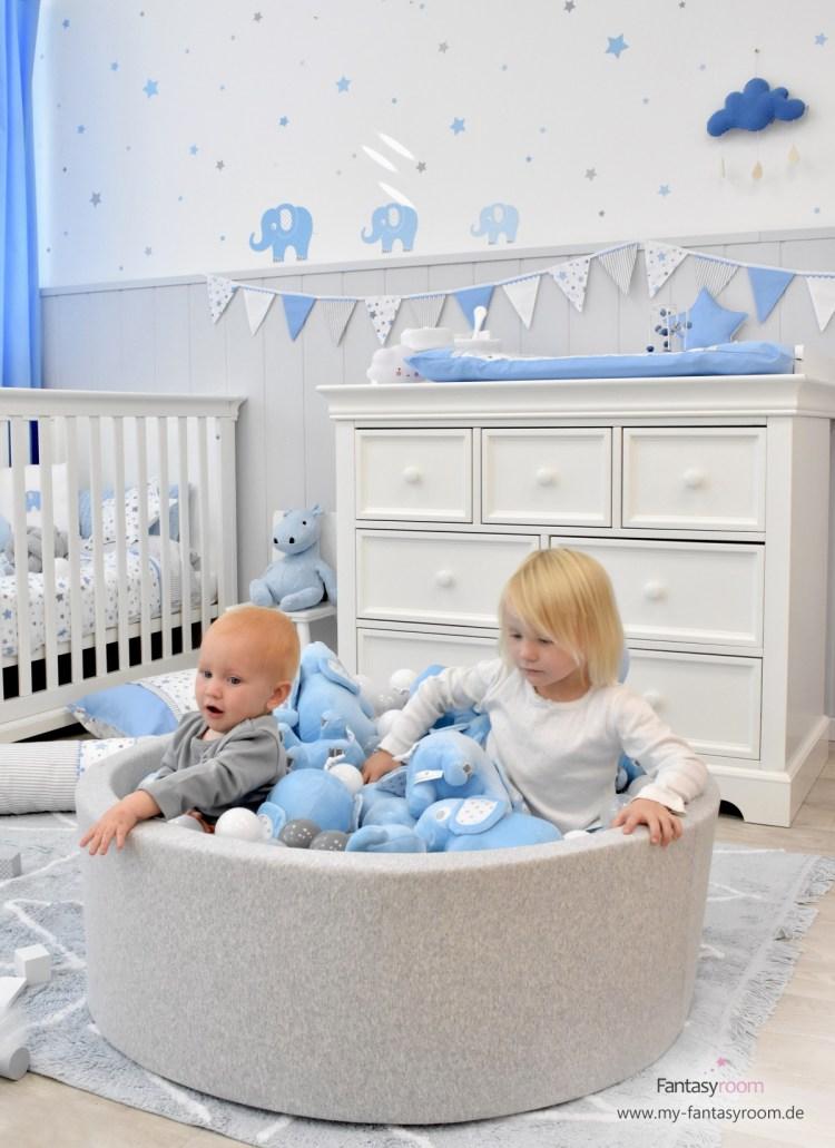 Bällebad mit 2 Kindern im Babyzimmer mit Elefanten in Hellblau und Grau