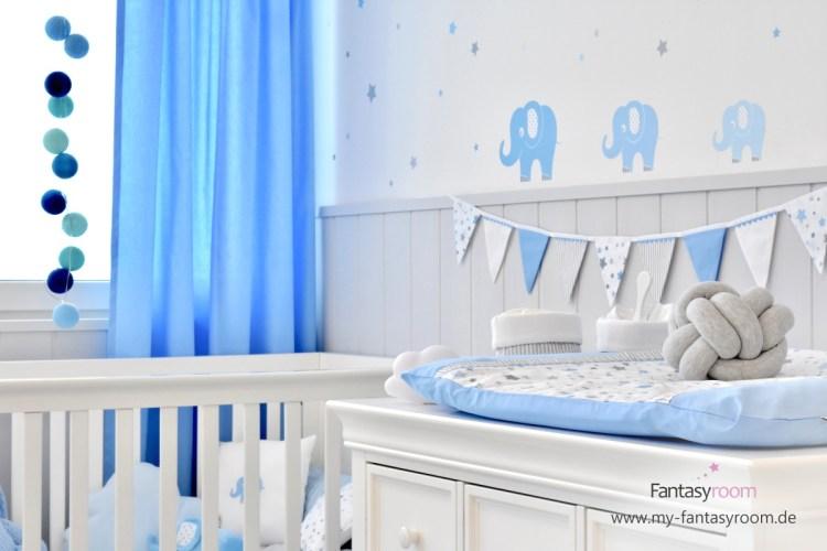 Babyzimmer in Blau und Grau mit blauen Vorhängen
