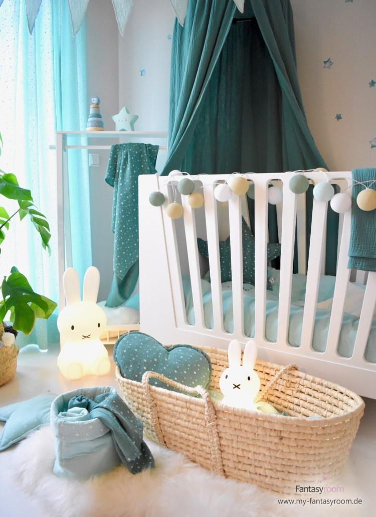 Babybett von Done by Deer mit beiden Gitterseiten, der richtige Schlafplatz für das Babyalter