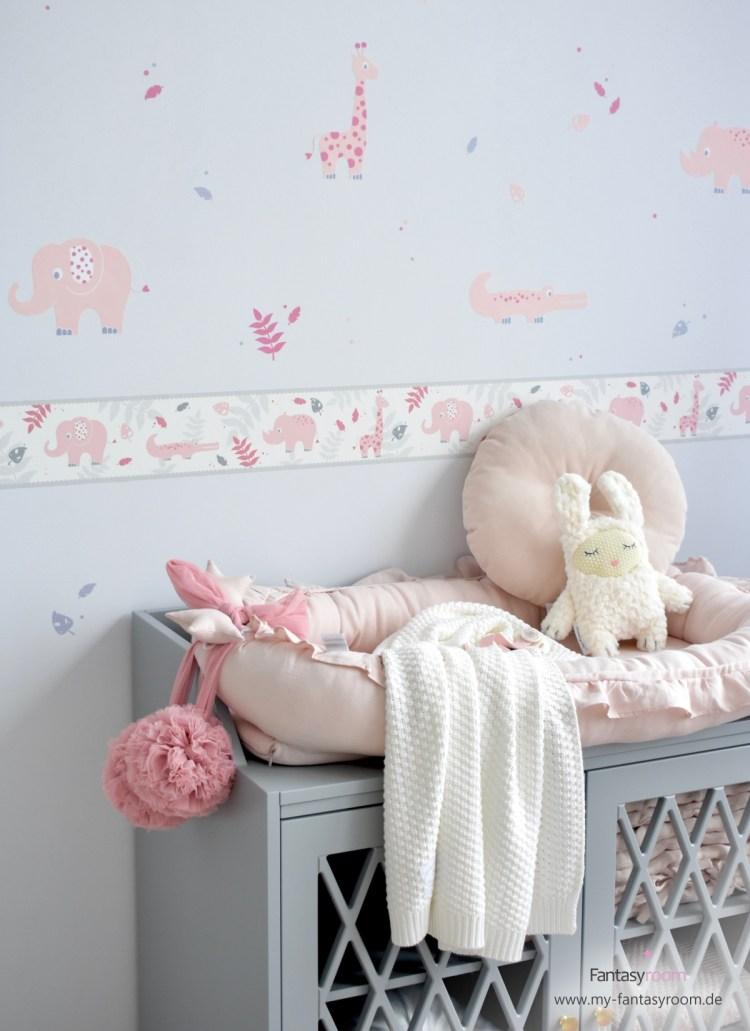 Babyzimmer von Dinki Balloon mit 'Safaritiere' Wandstickern in Rosa und Grau und passender Bordüre