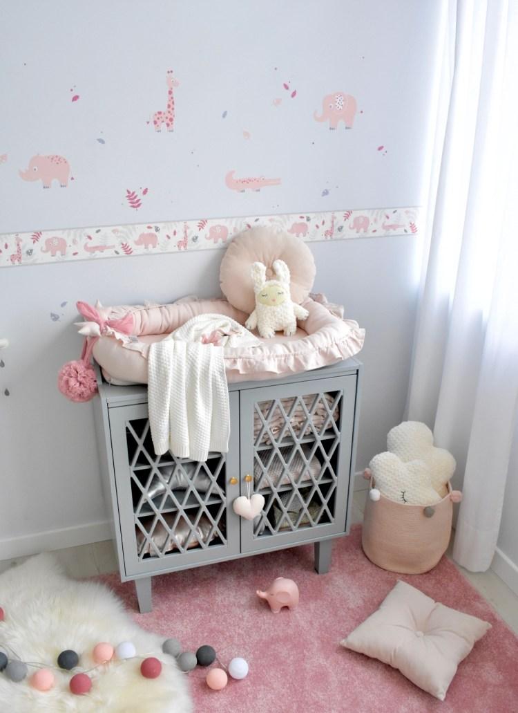 Cocoon-Babynest aus Leinen in Altrosa von Cotton & Sweets, im Babyzimmer für Mädchen mit Safaritieren