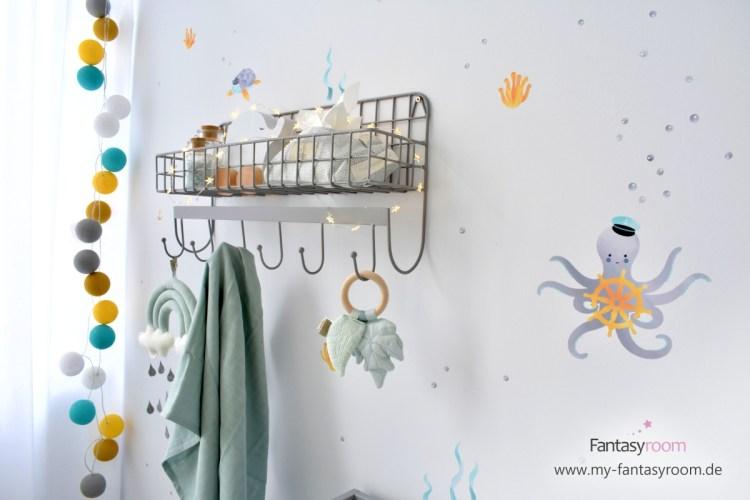 Kinderzimmer mit Unterwasser Wandstickern von Dinki Balloon, Wandregal und passender Cotton Balls Lichterkette