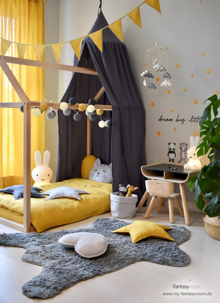 Hausbett im stylischen Kinderzimmer in Senfgelb und Grau