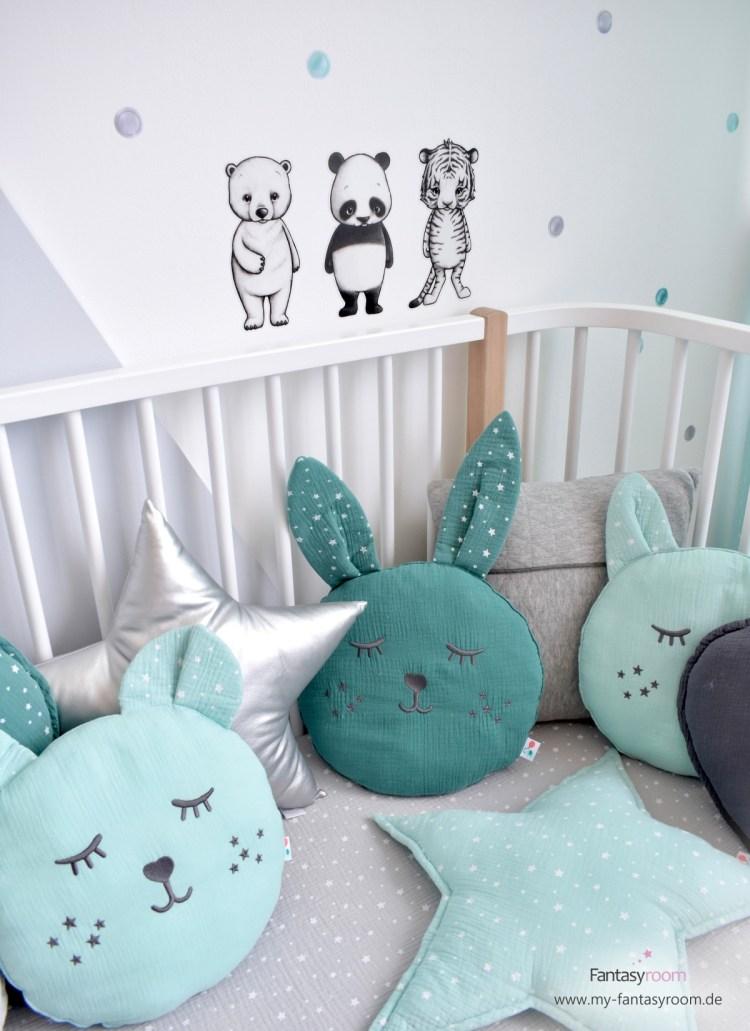 Tierchen Wandsticker von Stickstay, mit Dinki Balloon Punkten und Kissen kombiniert