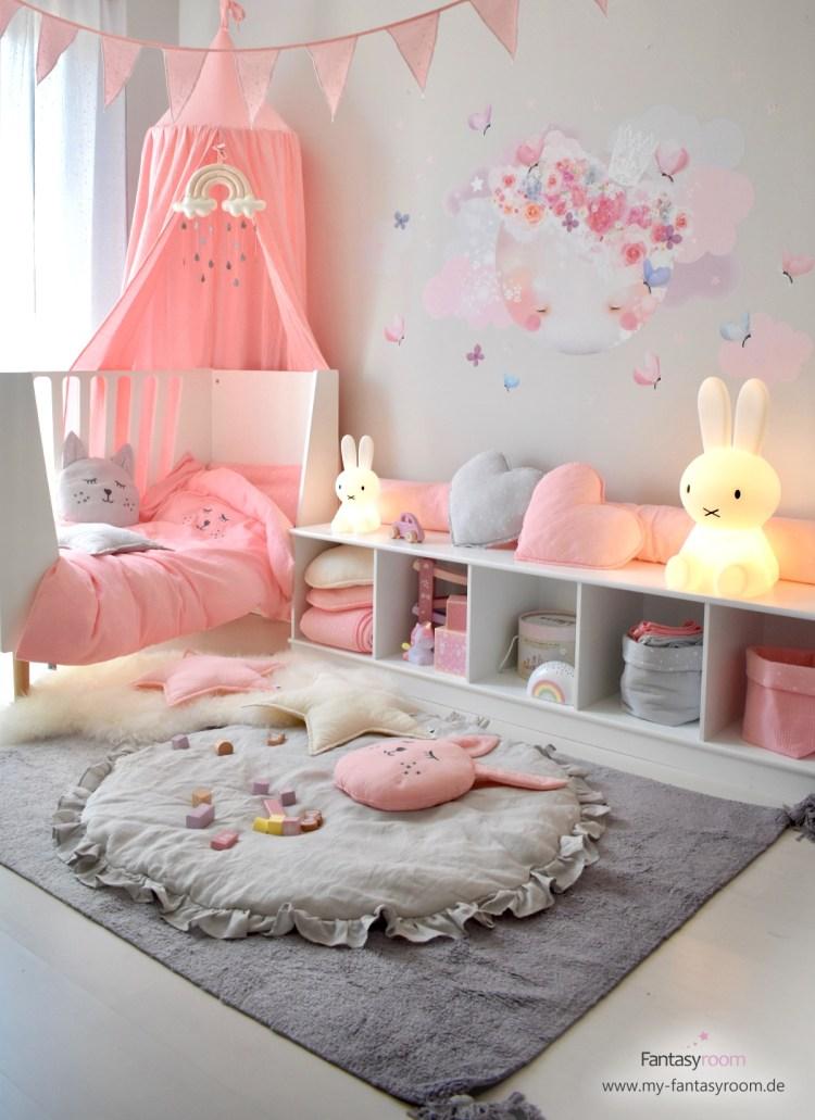 Mädchenzimmer in Rosa mit Stoff-Tattoo 'Schlafender Mond' in Softrosa
