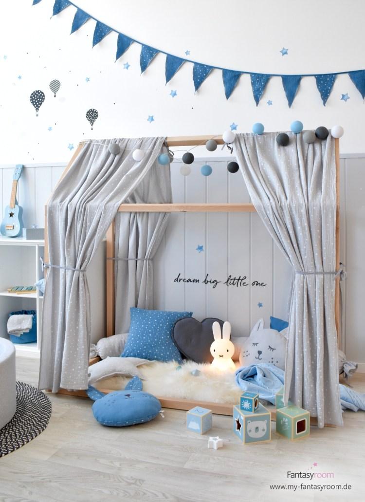 Kinderzimmer mit Hausbett und Dinki Balloon Musselin Textilien in Blau und Grau