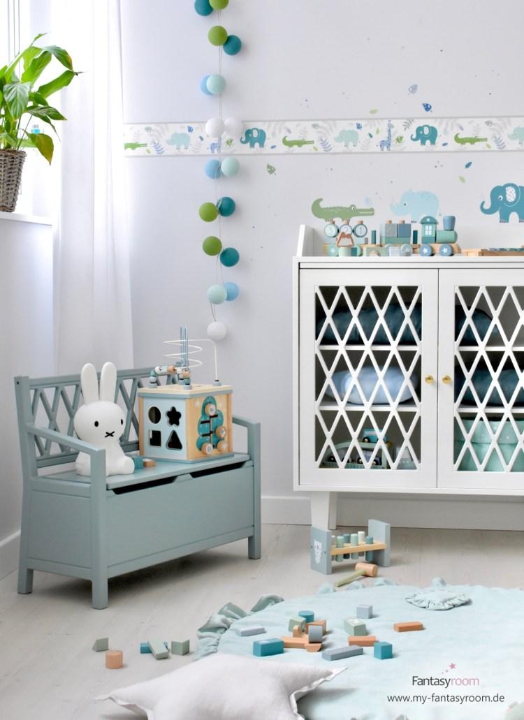 Kinderbank und Kommode 'Harlequin' von Cam Cam Copenhagen, hier im Jungenzimmer mit Safaritieren in Blau und Mint
