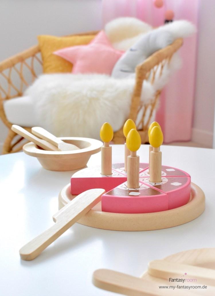 Plantoys Geburtstagskuchen in Rosa und Braun mit Holztellern