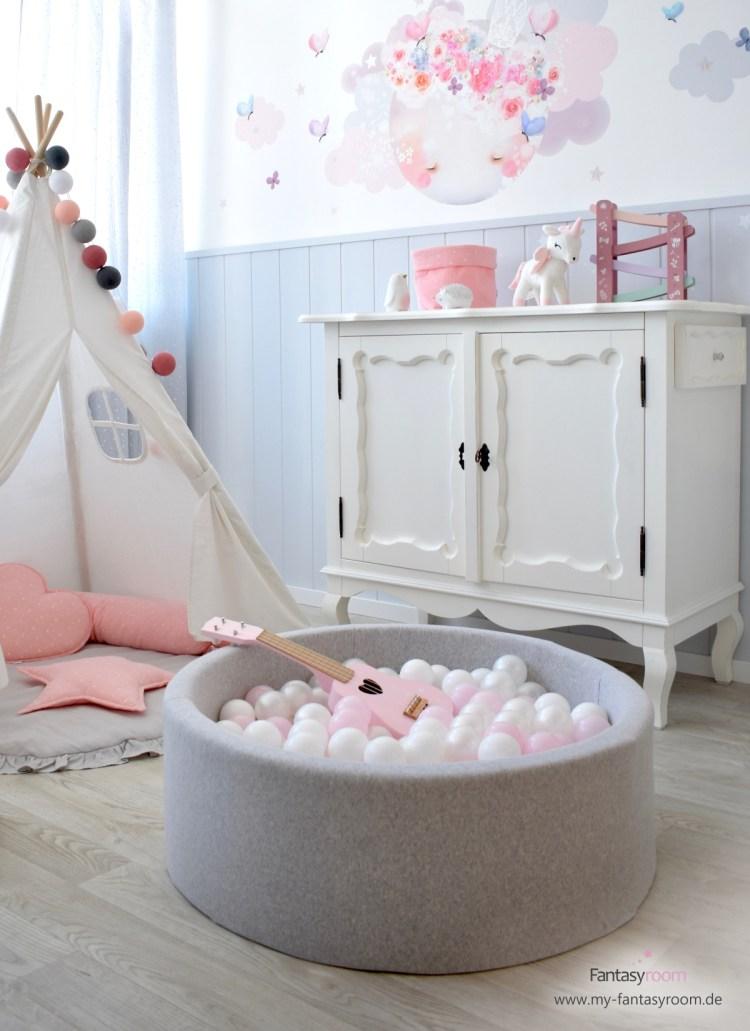 Bällebad in Rosa und Perlmutt im romantischen Kinderzimmer für Mädchen