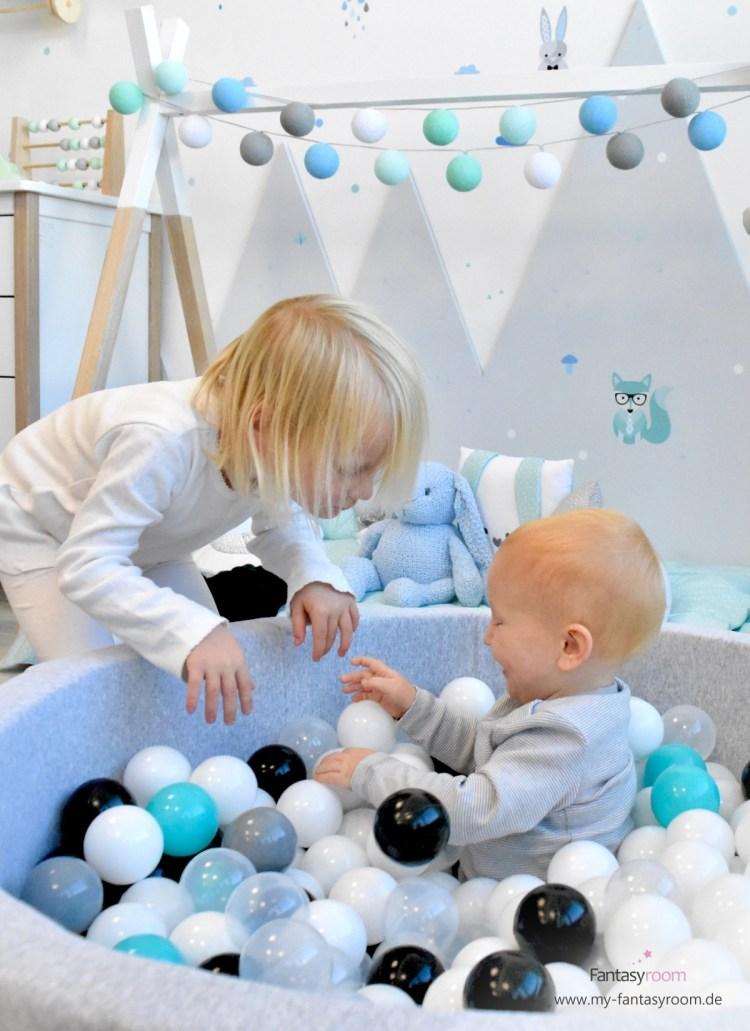 Bällebad mit 2 Kindern im Waldtiere Kinderzimmer von Dinki Balloon