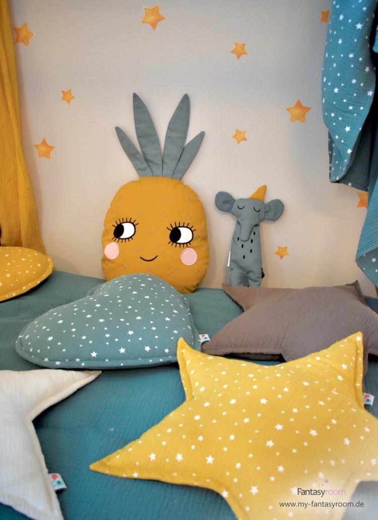 Bunte Kuschelkissen mit senfgelben Aquarell Wandstickern 'Sterne' von Dinki Balloon
