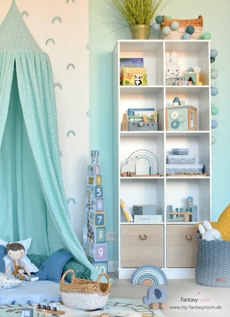 Kinderzimmer Spielzeugregal mit viel Stauraum und Holzkisten