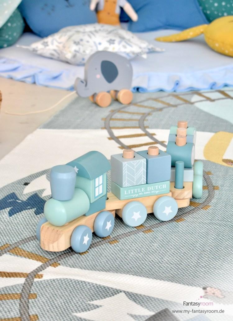 Holz-Eisenbahn mit stapelbaren Bausteinen auf dem Spielteppich 'Edvin'