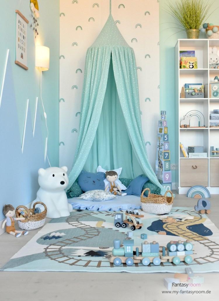 Kindertapete mit Regenbögen in Rauchblau, Mint und Jade im Spielzimmer