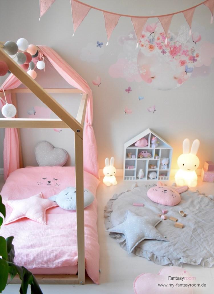 Hausbett mit zurückgebundenem Musselin-Stoffhimmel von Dinki Balloon