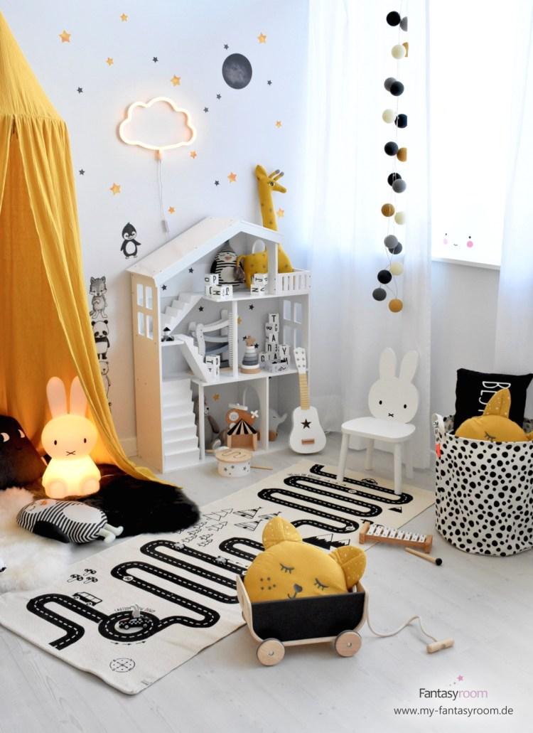 Spielzimmer in Senfgelb, Grau und Schwarz mit Puppenhaus Regal und Holzspielzeug