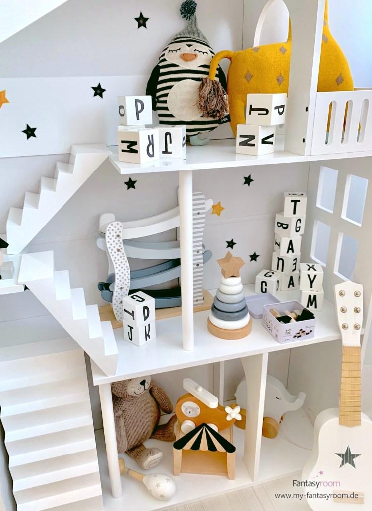 Puppenhaus Regal mit Holzspielzeug in Schwarz, Weiß, Grau und Natur