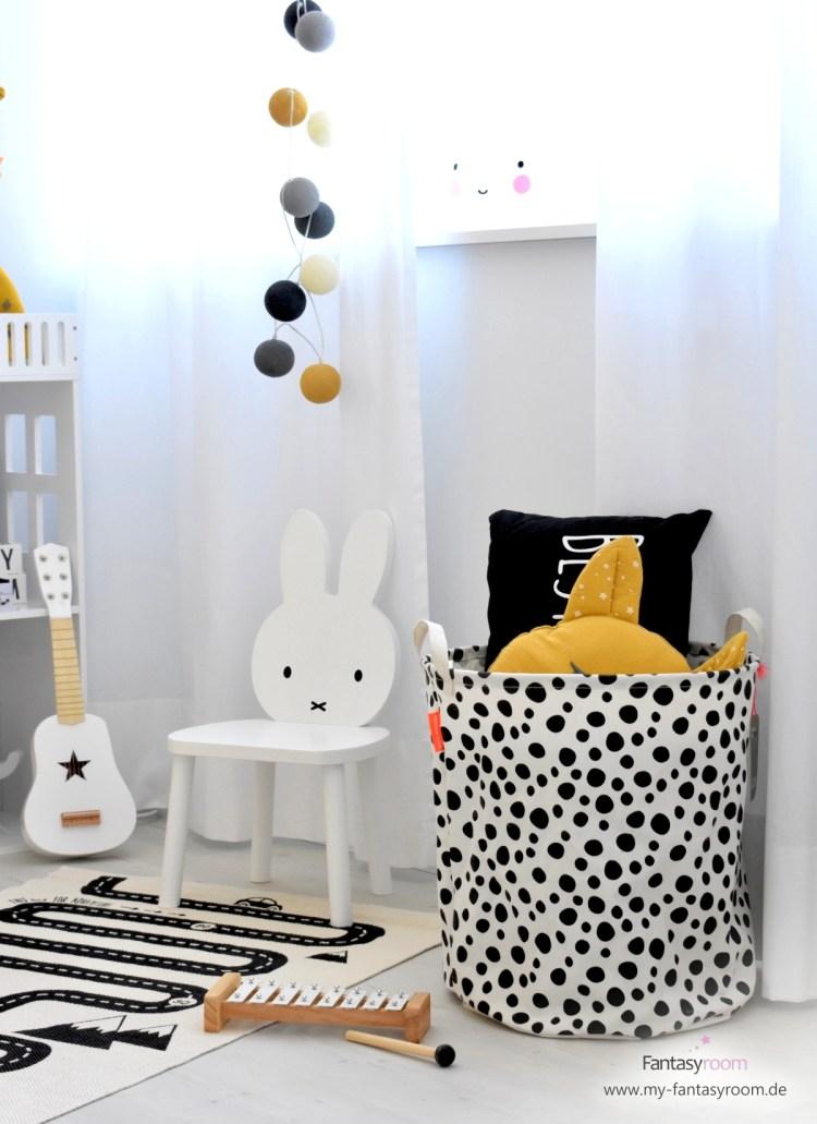 Spielzimmer mit schwarz/weißen Stofftaschen von Done by Deer