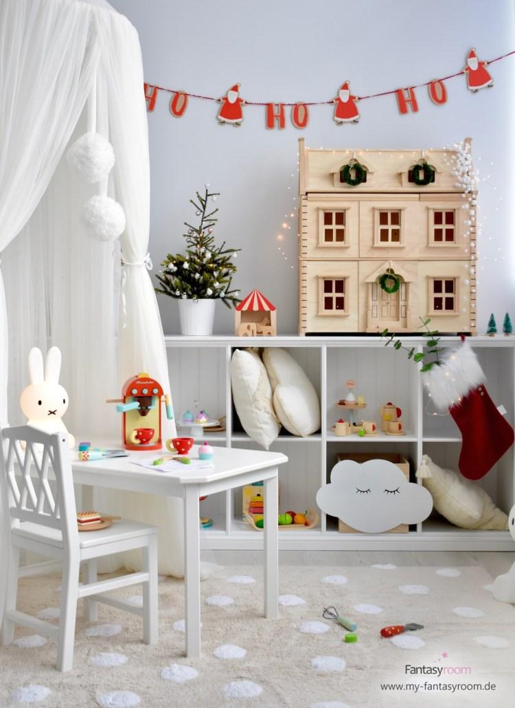 Kinderzimmer mit Weihnachtsdeko und Kinderküchenspielzeug von Le Toy Van