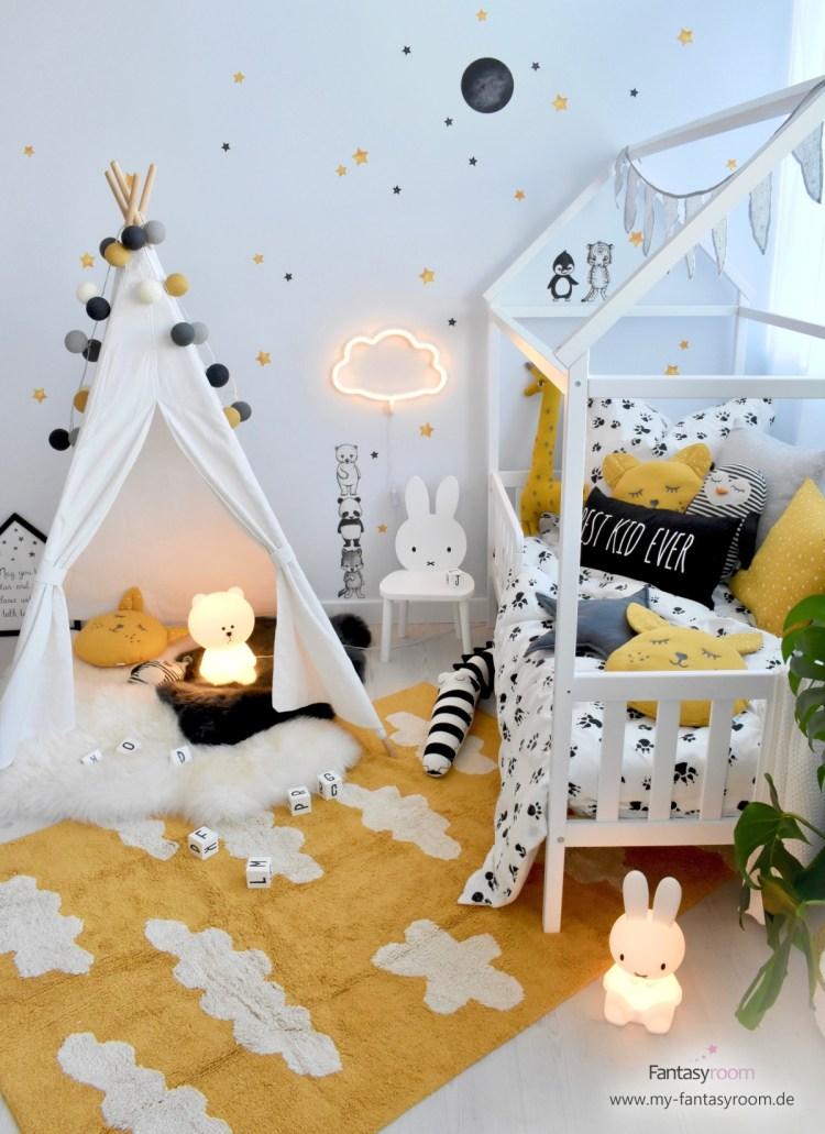 Stylisches Kinderzimmer in Senfgelb, Grau und Schwarz mit Hausbett und Tipizelt