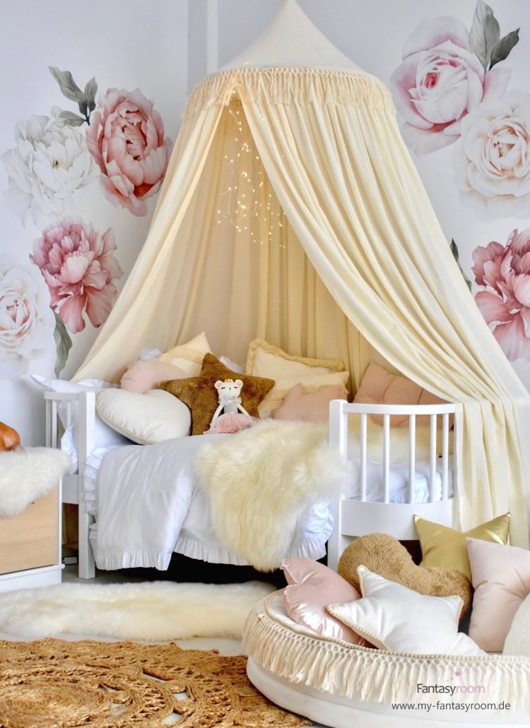 Romantisches Mädchenzimmer mit Rosen-Wandtattoos, Boho Betthimmel und Juniorbett 'Wood' von Oliver Furniture